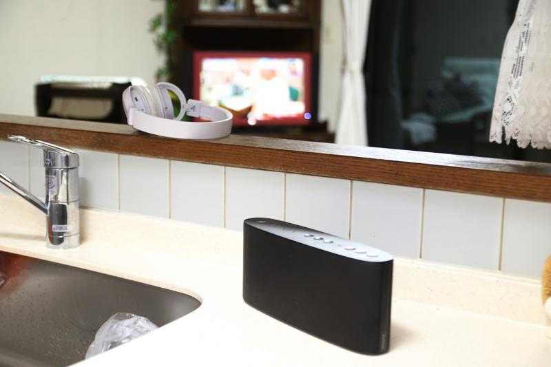 1台目のスピーカーはキッチンに置いて、料理番組を聞き逃さないようにする。2台目は、映画などを見るようのヘッドフォン