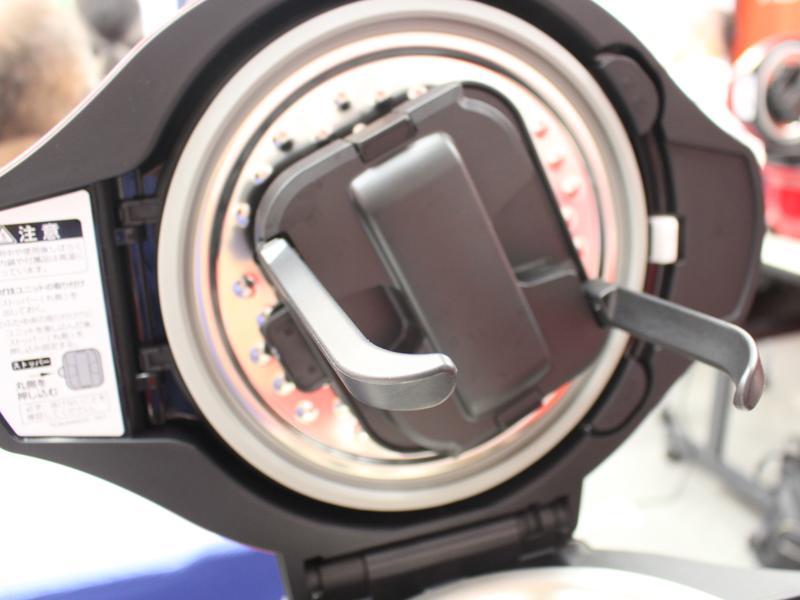 旨み成分を含んだ蒸気がフタにつき、円錐の突起を伝って内釜に戻す。まぜ技ユニットは、30段階のトルクを使い分け、絶妙な力加減でかき混ぜるという