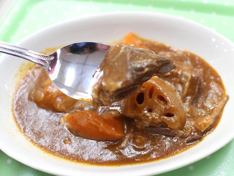 肉がトロトロでやわらかく、本格的な味わいのビーフシチュー。野菜もやわらかく煮こまれていた、