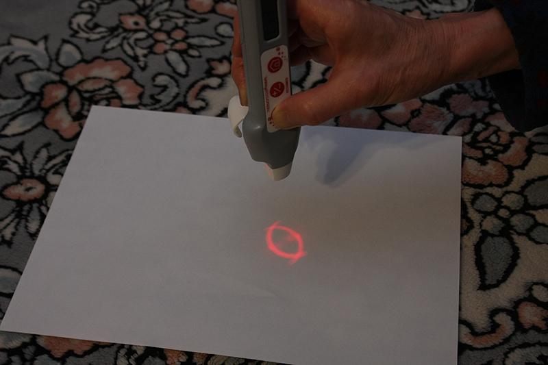 センサーが瞳から離れすぎていると、赤いガイドラインが猫の目の形になる