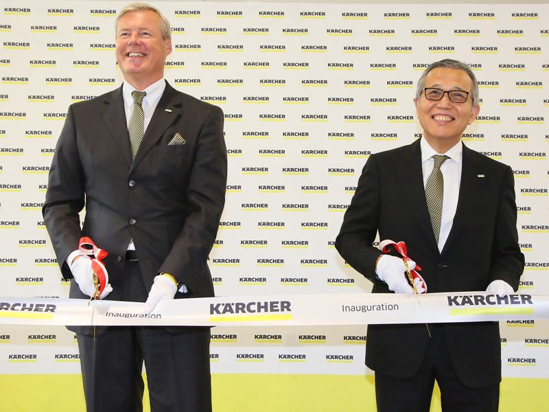 左から、アルフレッド・ケルヒャー社CEO ケルヒャー ジャパン株式会社 代表取締役会長 ハルトムート・イエナー氏、ケルヒャー ジャパン 取締役社長 佐藤八郎氏