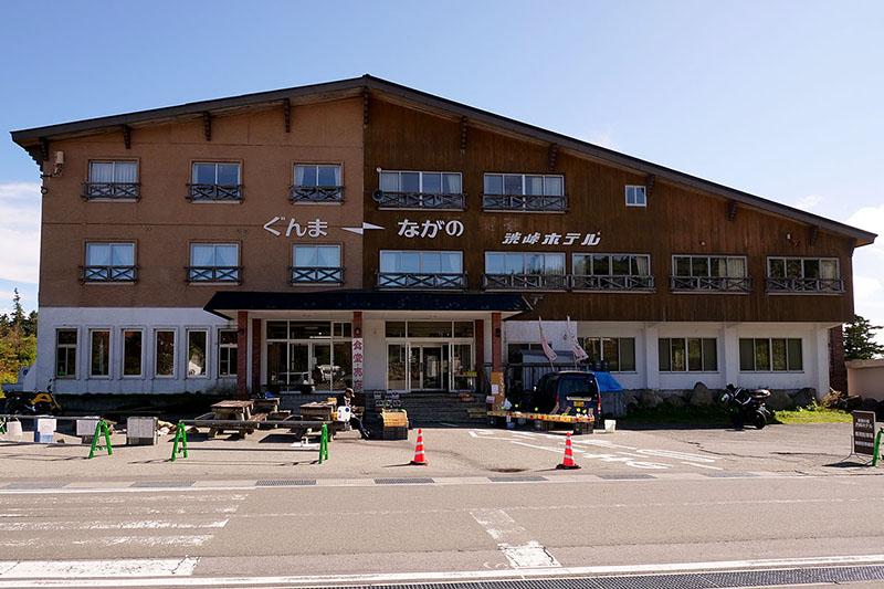 """国道を挟んで向かい側には<a href=""""http://shibutoge.com"""" class=""""n"""" target=""""_blank"""">「渋峠ホテル」</a>があります。食事ができたり、さらにガソリンスタンドを併設していたり!"""