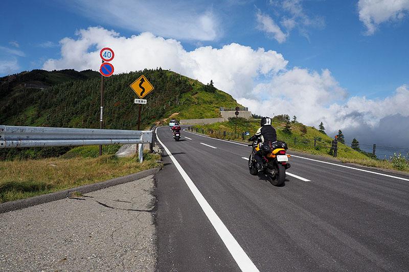 渋峠周辺は「2000m級の道路」で、周囲はどこも絶景! ドライブに、バイクツーリングに、そして自転車ヒルクライムにも絶好の道路です♪