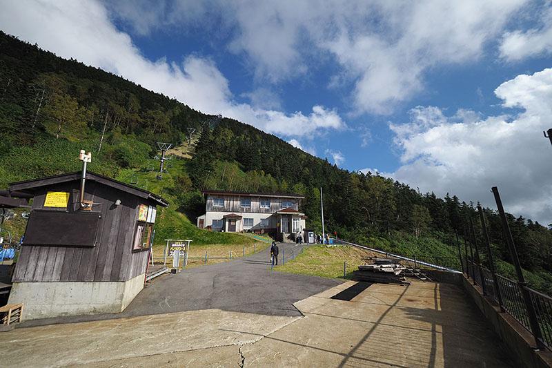 中継場所。右に見える斜め線がスカイレータで、左上に見えるリフトに乗り継いで山頂付近まで行けます