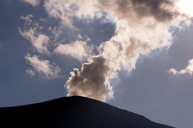 火口から吹き出すガスを見ることもできます(出ていないこともあるようです)