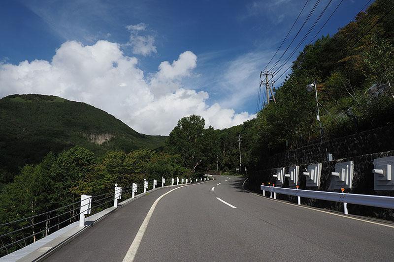 山岳のワインディング・ロードは景色も気分も最高♪
