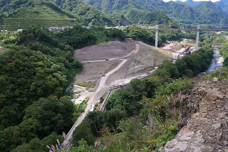 今しか見られない巨大ダム建設中の様子を間近で見られます!
