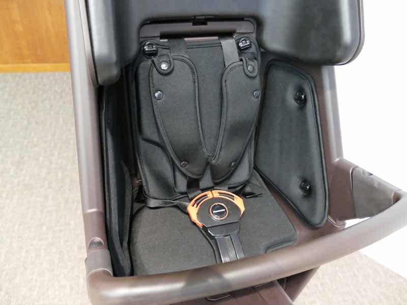 肩から腰まで支える5点止めシートベルトを採用