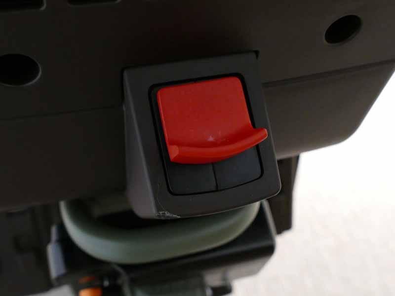 背後のレバーを押すと、シートベルトが巻き取られる仕組み
