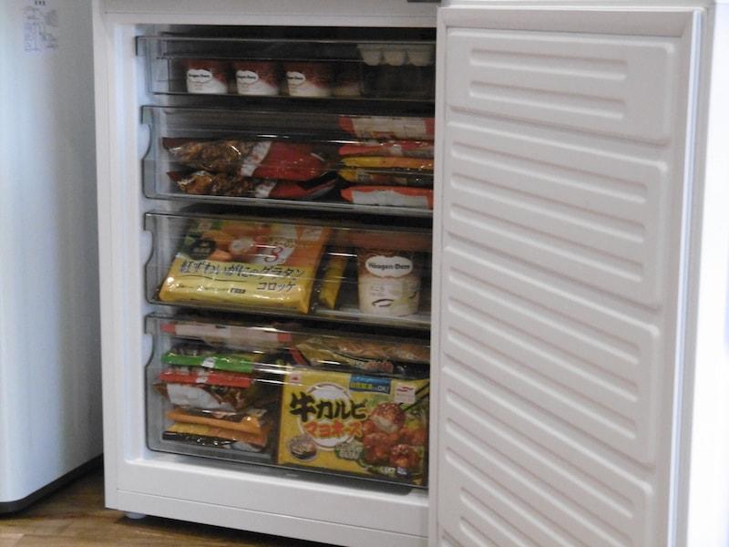 冷蔵室と同容量の冷凍室は、食品を4段に分けて収納できる