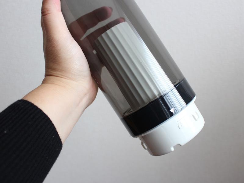 水タンクに装着しておく。なおフィルターの交換目安は6カ月で、価格は5,880円(税抜)