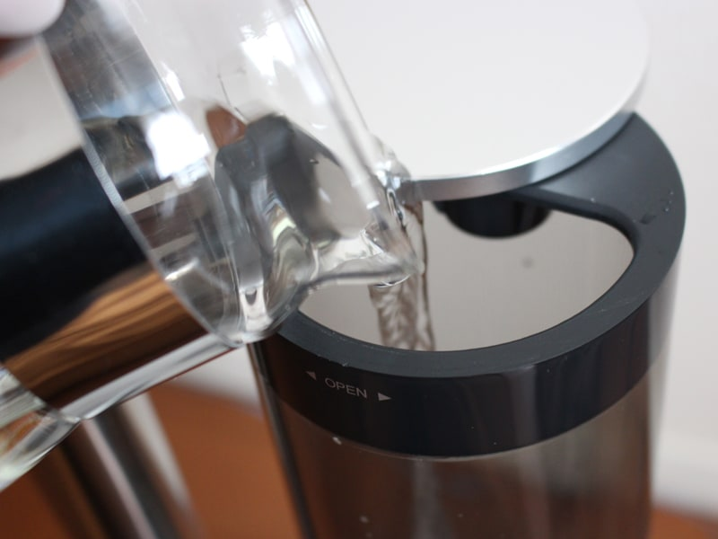 タンク容量は2.3L。1Lの冷水筒で2回入れると、ほぼ満杯になった