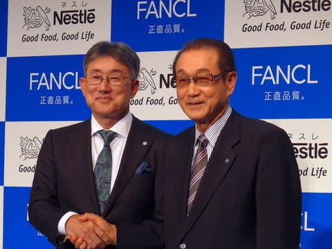ネスレ日本、ファンケルとの協業で健康をサポートする「ネスレ ウェルネス抹茶 カロリミット」を発売 ネスレ日本の高岡浩三CEO(左)とファンケルの池森賢二会長(右)