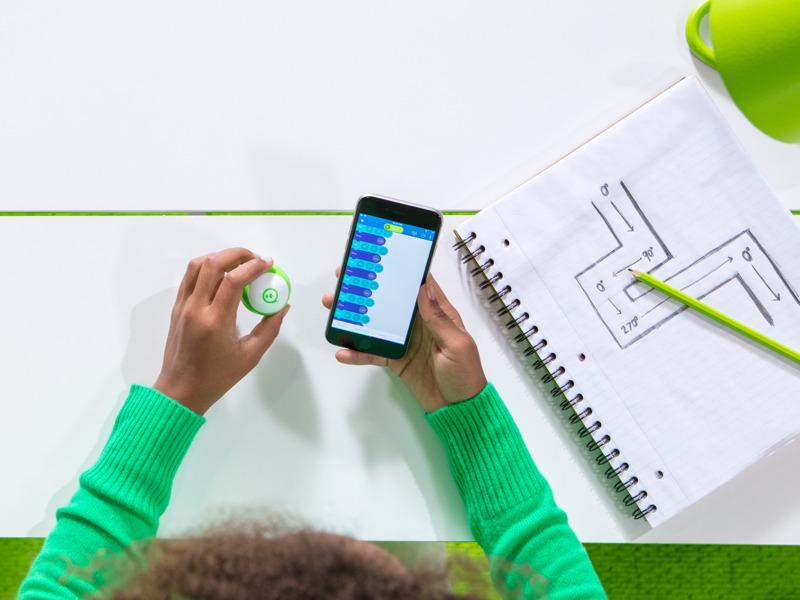 教育向けアプリ「Sphero Edu」を使えば、プログラミングを学びながらスフィロ ミニの動きを制御できる