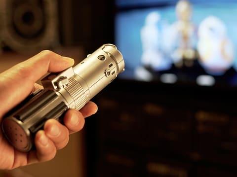 テレビに向かって切りつけるように振ると、電源がONになるライトセーバー型リモコン STAR WARS リモコンセーバー ルーク・スカイウォーカー