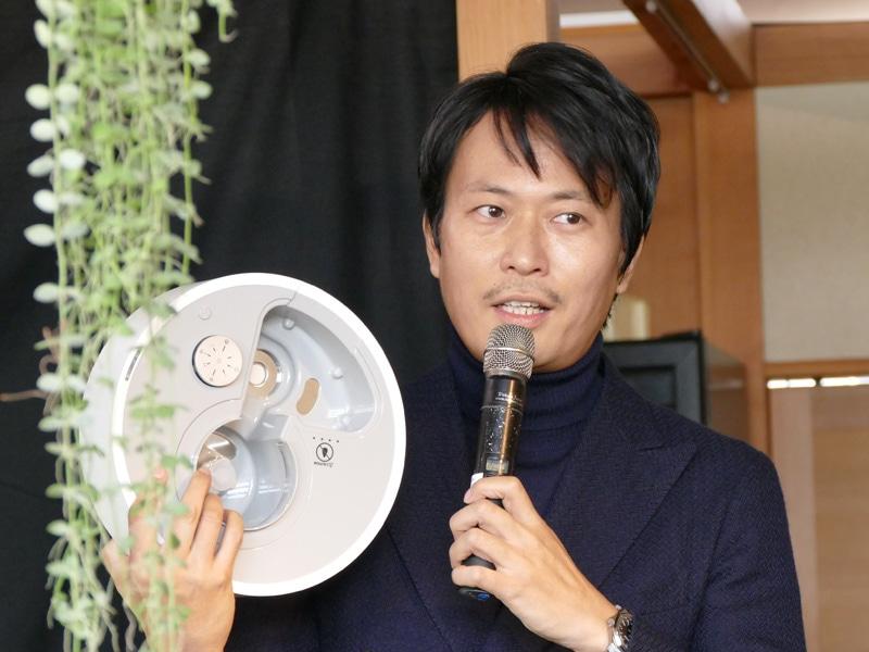 副社長で、デザイナーの鈴木健氏。水槽内に搭載した抗菌プレートが、カビや雑菌を除菌するという