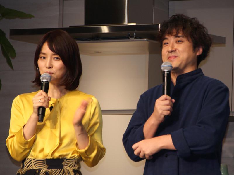 パナソニックリフォームのテレビCMに出演する、女優の石田ゆり子さんと、俳優のムロツヨシさんも登場