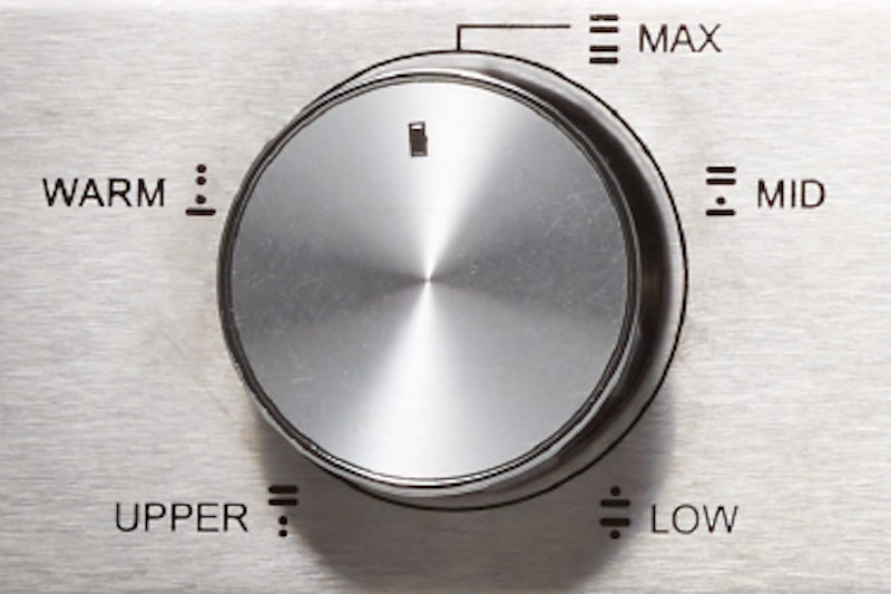 1200WのMAXから、885WのMID、600WのLOW、570WのUPPER、315WのWARMまで温度設定可能。トーストを焼く際は1200WのMAXに