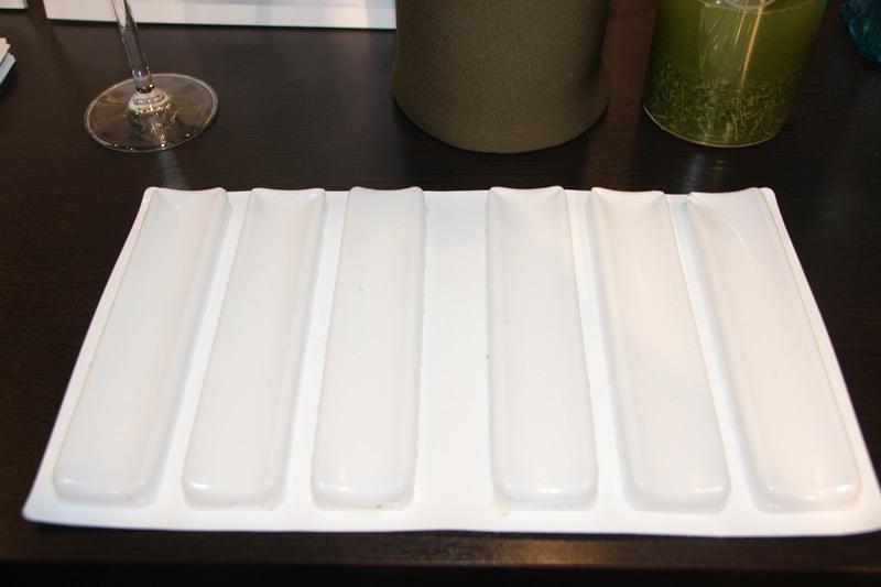 、シャープがテレビやパソコンの液晶研究で培った技術をベースに開発した「蓄冷材料」を採用