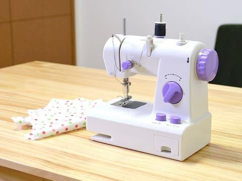 サンコー、乾電池で駆動する「返し縫いもできるコンパクトミシン」 返し縫いもできるコンパクトミシン