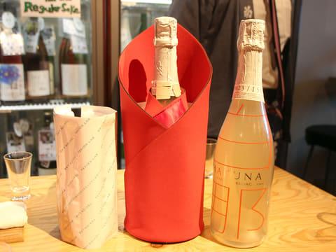 シャープ、氷点下で飲むスパークリング日本酒と保冷バッグのセット 保冷バッグと、スパークリング日本酒「白那-HAKUNA-」のセット