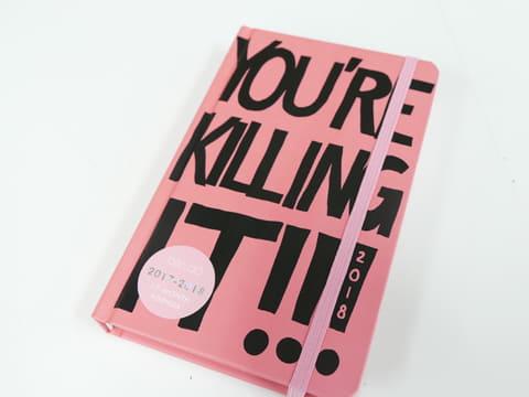 持ってるだけで元気になれる! 可愛くてクレイジーなピンクのアメリカン手帳【手帳ウィーク】 ban.doの「A5変形ウィークリー手帳」。表紙には「YOU'RE KILLING IT!」とか(スラングであんた最高! 的な意味)書かれちゃってます……
