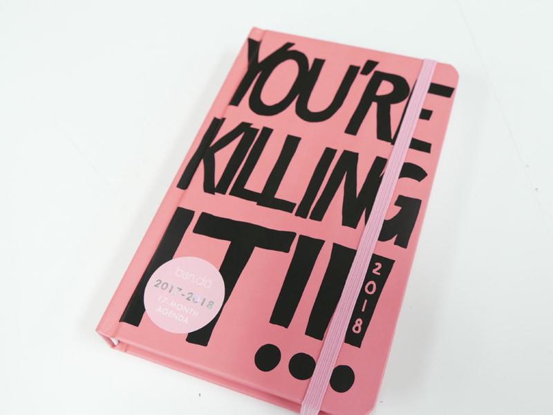 ban.doの「A5変形ウィークリー手帳」。表紙には「YOU'RE KILLING IT!」とか(スラングであんた最高! 的な意味)書かれちゃってます……