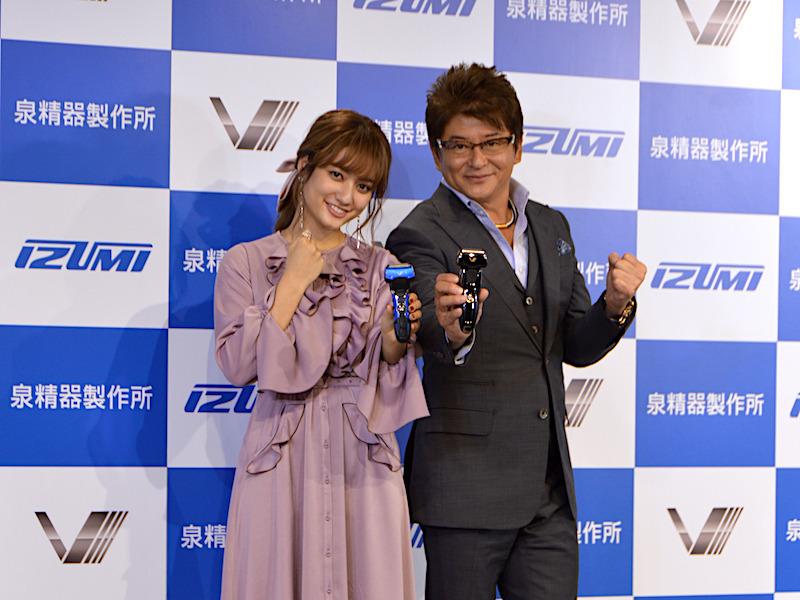 泉精器製作所の「Vシリーズ シェーバー」新製品発表会に登場した、タレントの哀川翔さんと谷まりあさん