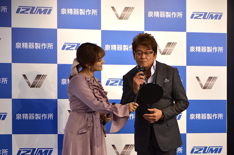 会場では、哀川さんによるシェービングの実演も行なわれた。「キレがよくてすぐに剃れるよ」(哀川さん)