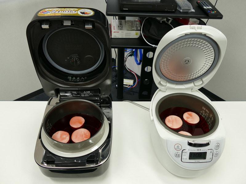 真空機能を搭載しているRC-10ZWL(左)と真空機能非搭載の炊飯器を使って実験! 食紅を入れた水が大根にどのように染み込むのかを見ました