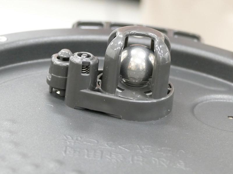 内ぶたに搭載された調圧ボール