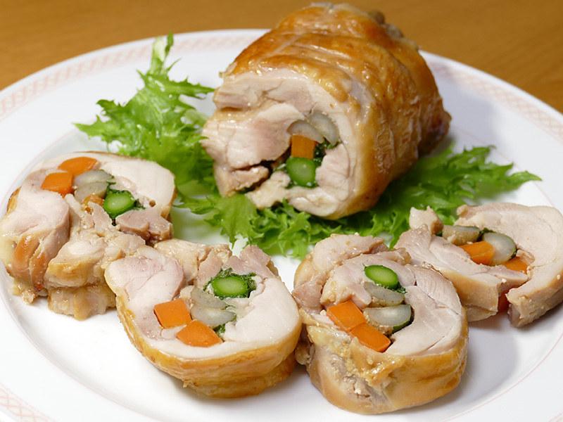 色も鮮やかで目でも美味しい鶏の西京焼き野菜ロール。滋味深い味わいがクセになる