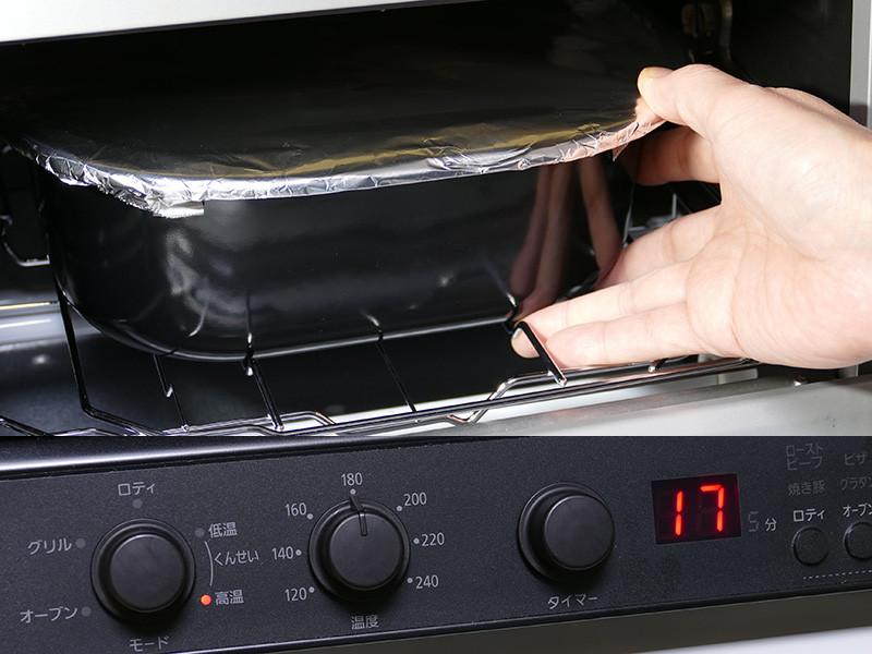 受け皿と焼き網は使わない。くんせい容器を受け皿支えのくぼみにあわせて置いて調理する