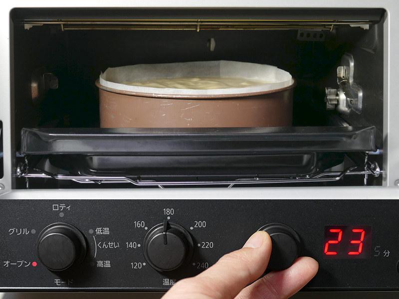 レシピの分量に沿って直径18cmの丸い焼き型でスポンジケーキを焼いた(上)。モードはオーブン・180℃・23分にセットした