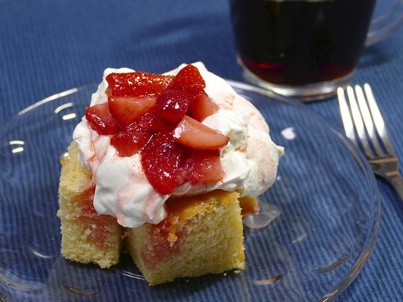 大蔵お勧め手抜きケーキ。スポンジを大きめに切った上に、ホイップクリームをドーン。その上にいちご(冷凍OK)に砂糖とブランデーを少し入れて混ぜて1時間ほど置いたソースをかけるだけ。簡単で美味しいよ!