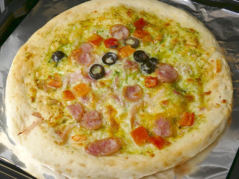 香ばしいピザが10分もかからずに美味しく焼きあがった。少しチーズが焦げたところがまた美味しい