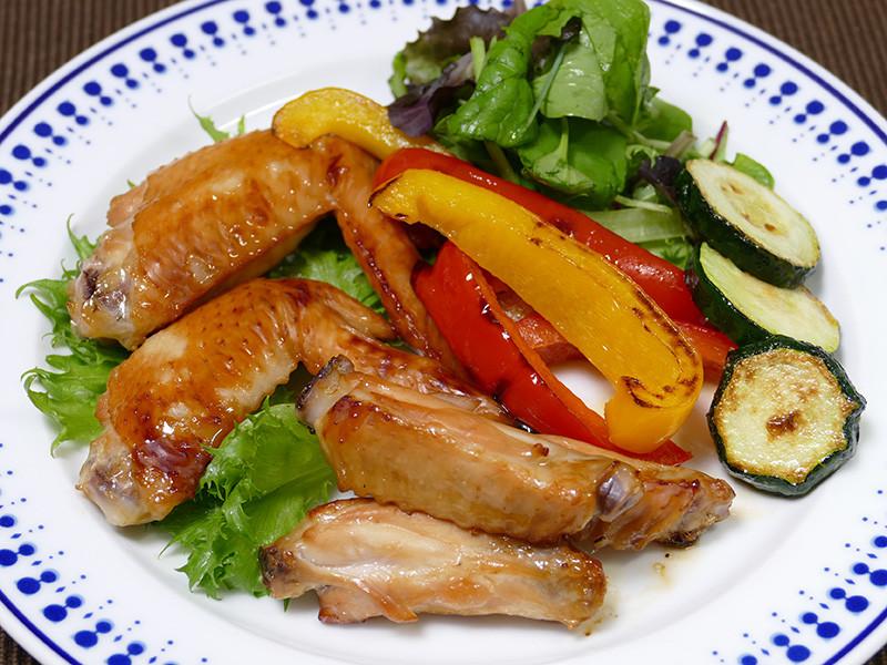 焼き野菜と生野菜を添えて。手羽先は照りも見事。ふっくらジューシーで美味い!