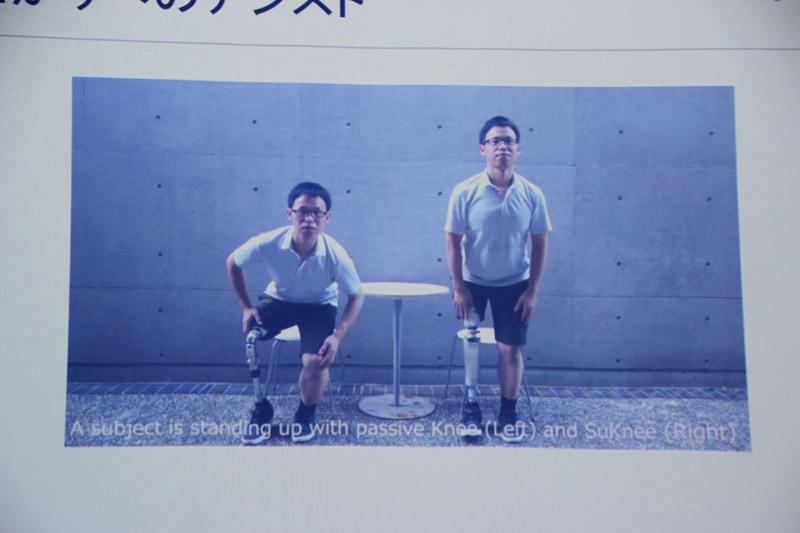 従来の義足(左)は椅子から立ち上がるのも一苦労、ロボット義足(右)はアシスト機能を備え、疲れにくいという