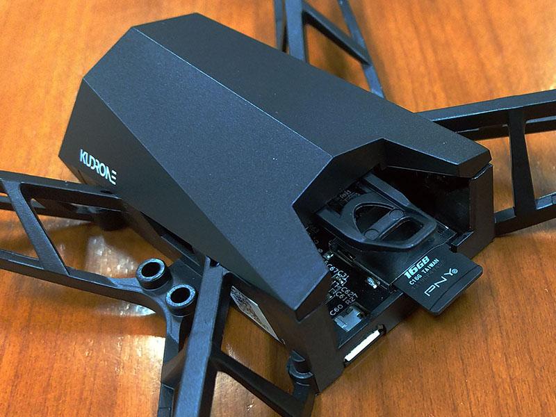 動画や写真を保存するためのMicroSDカードは32GBまで対応しています