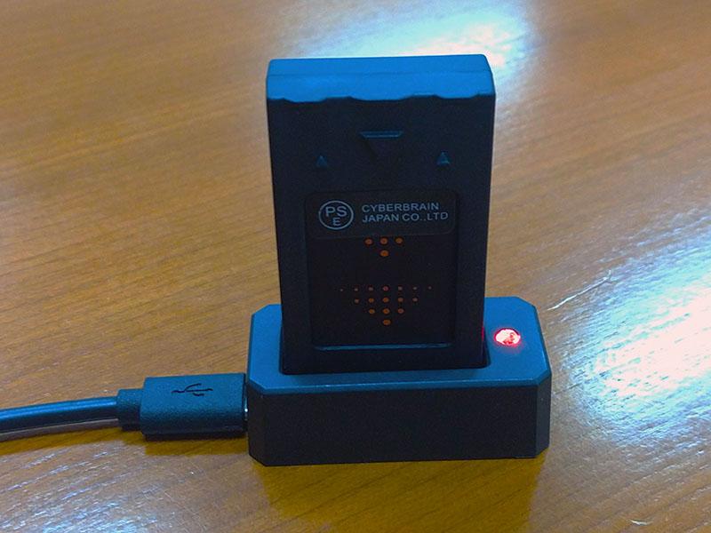 充電器も小さい。残量警告が出た状態から満充電までだいたい30分かかりました