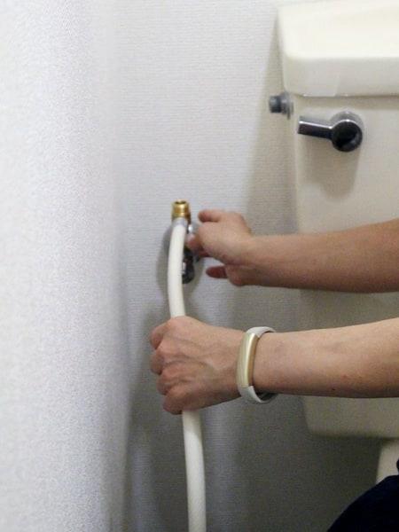 止水栓に給水ホースを接続する