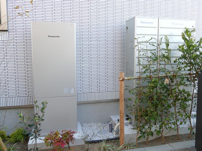 太陽光発電システムのほか、都市ガスやLPガスから水素を取り出し、空気中の酸素と化学反応させて発電する「エネファーム」も設置。発電時に発生する熱を回収し、お湯をつくりだす
