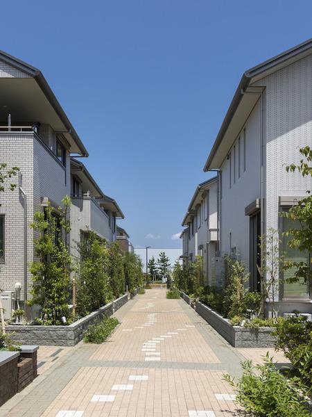 植栽に彩られた住民のコミュニティを育む街路「ガーデンパス」
