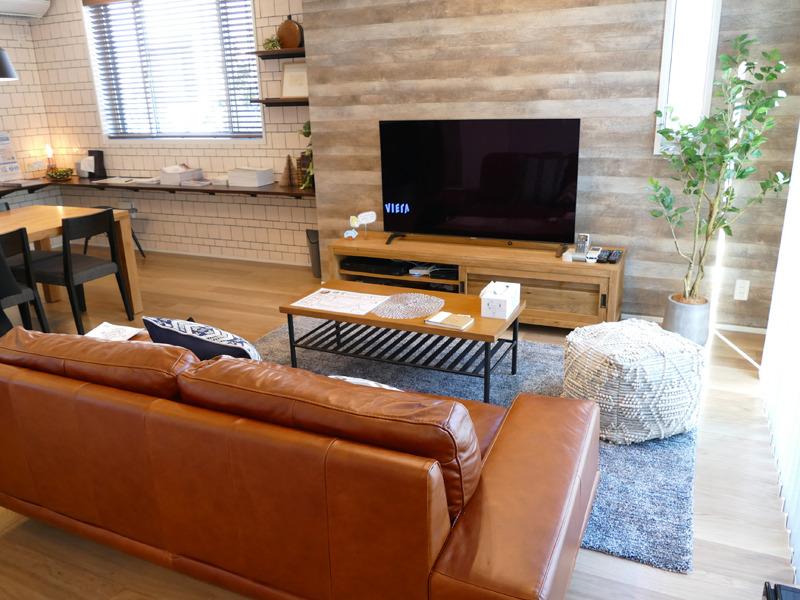 おしゃれな家具でコーディネイトされたリビングには、55インチの有機ELテレビが設えられていた