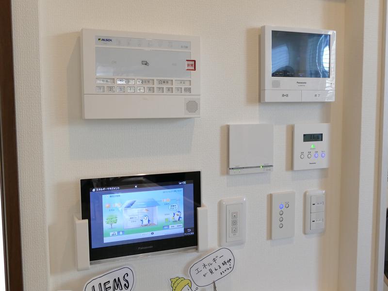 キッチン横の壁に、家じゅうの設備が制御できるリモコンやモニターを設置。HEMSをチェックできるモニターもある