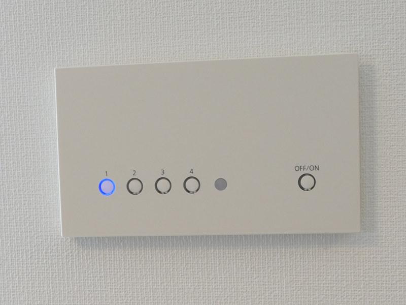 1階のダウンライトは、複数のあかりをシーンに合わせて使い分ける「シンフォニーライティング」のリモコンで一括制御