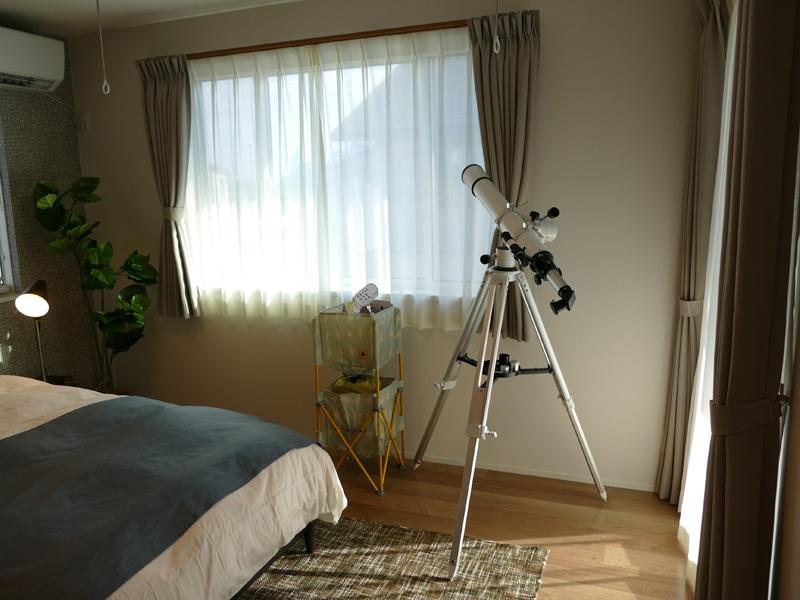 本格的な天体望遠鏡を使って星空観察をすれば、家族の会話も弾みそうだ