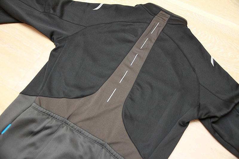 背中のグレーのところが通気性のよい素材になっています