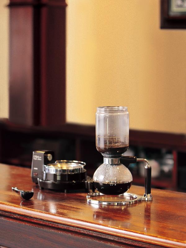 サーバを本体から外すと、漏斗の中のコーヒーがサーバーに落ちてくる