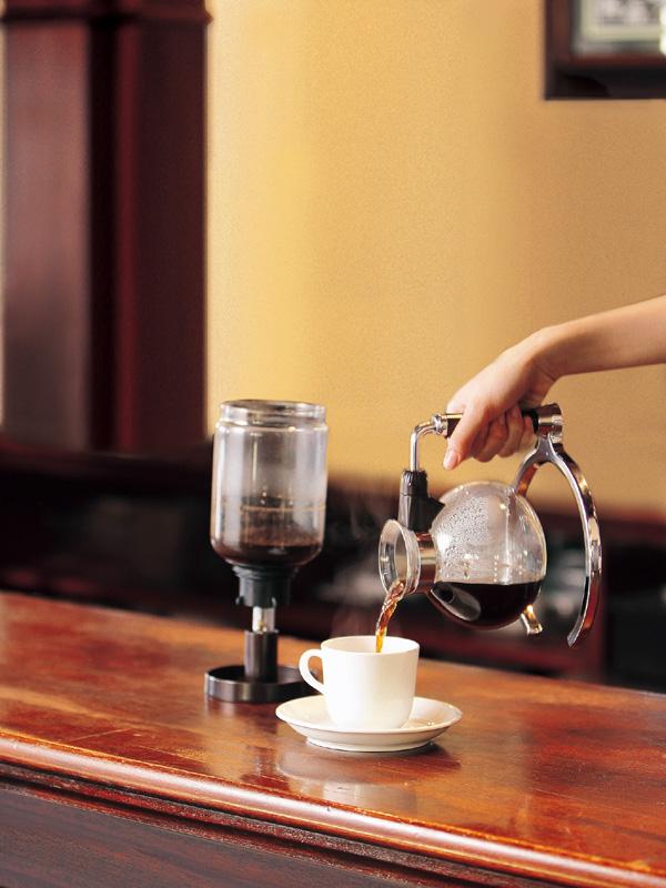 コーヒーをカップに注ぐ時は漏斗は漏斗立てに置く。漏斗立ては本体保管時にはフタとして使用できる